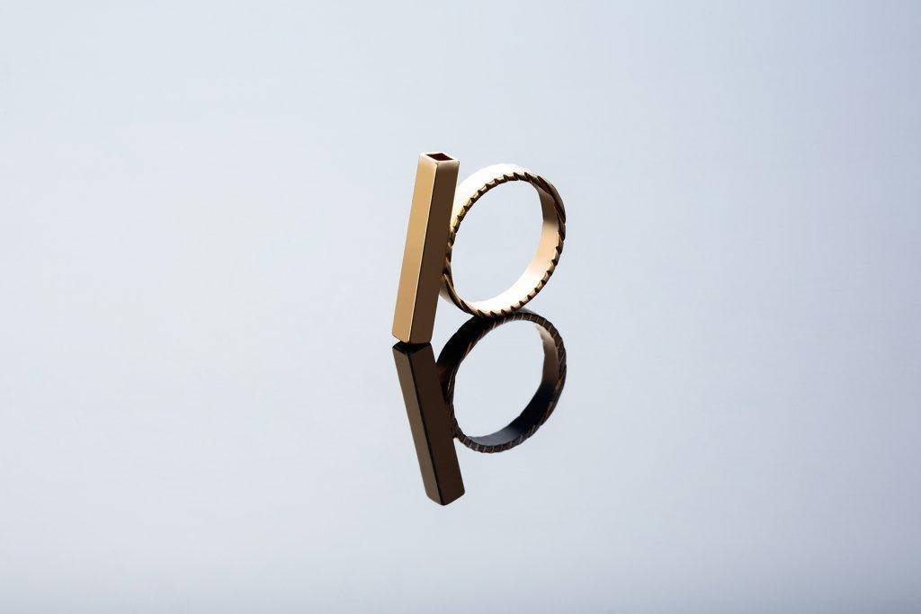 תמונת מוצר, טבעת בצבע זהב עם מלבן לרוחב.