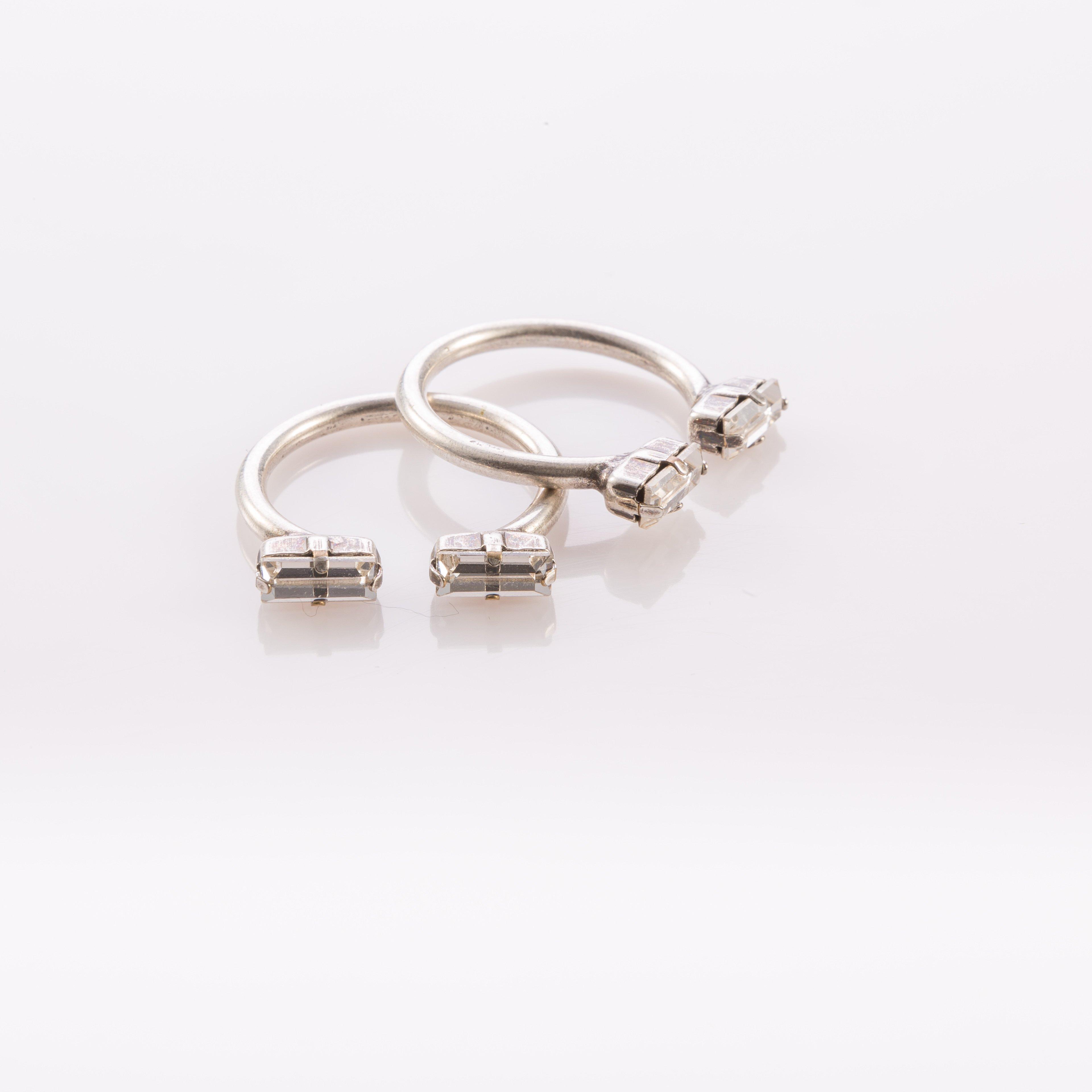 טבעת כסף פתוחה עם שתי אבנים שקופות