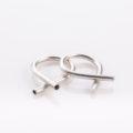 תמונת מוצר, טבעת בצורת צינור מעוקל כך ששתי הקווצות שלו בולטות באיקס.