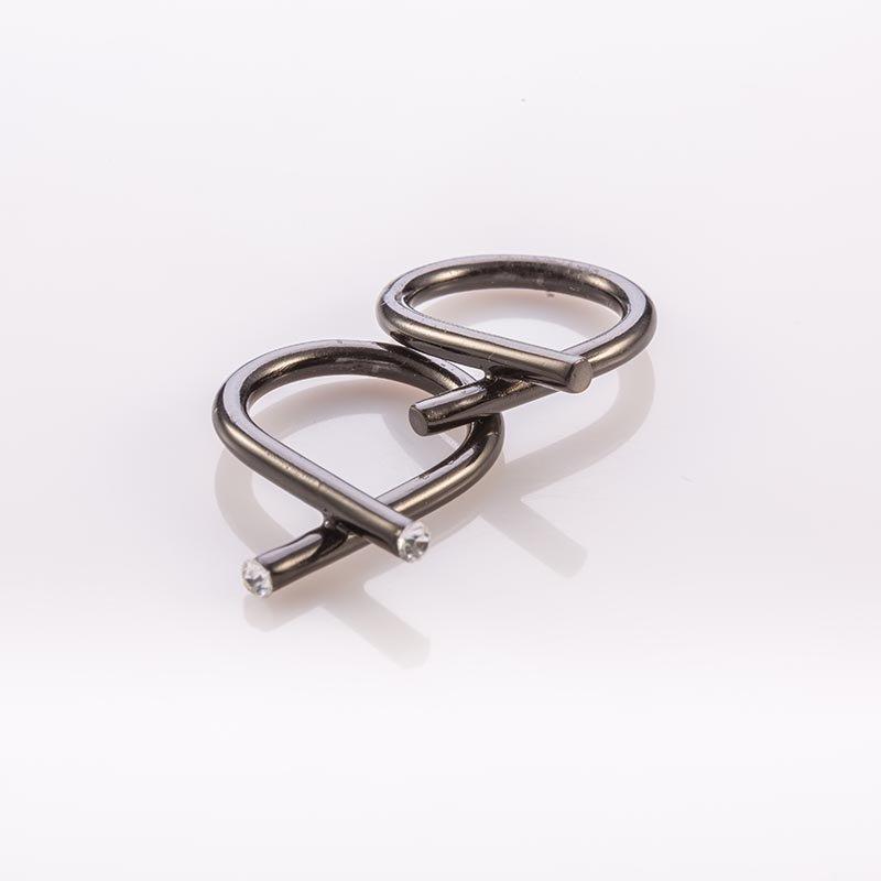 תמונת מוצר, טבעת צינור מעוקל שמצתלב בקצה, בצבע שחור, בשיבוץ שתי אבנים קטנות שקופות