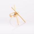 תמונת מוצר, טבעת בצבע זהב, עם שני מקלות ארוכים מולחמים באיקס.