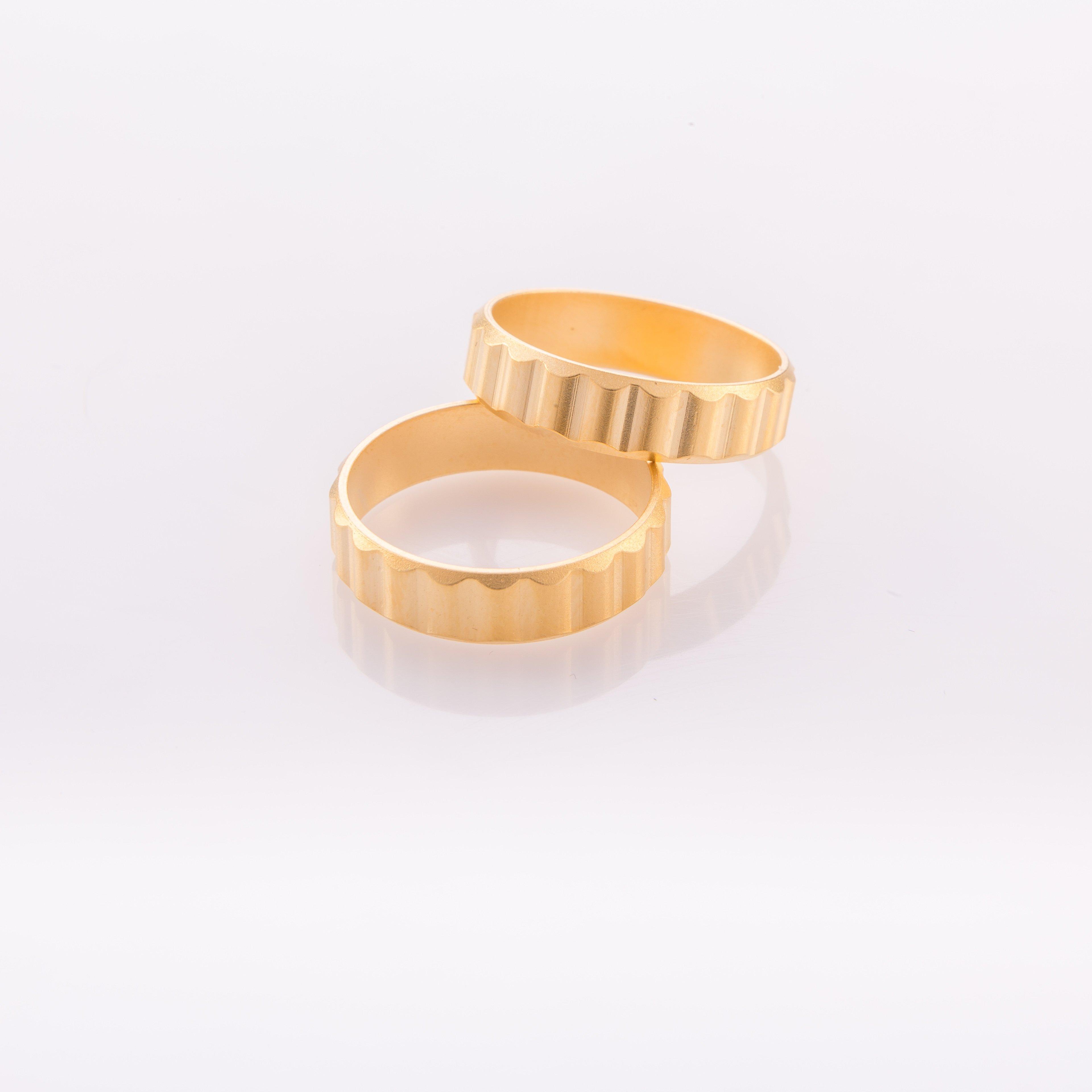 תמונת מוצר, טבעת קלאסית בצבע זהב, מרוקעת פסים עבים.