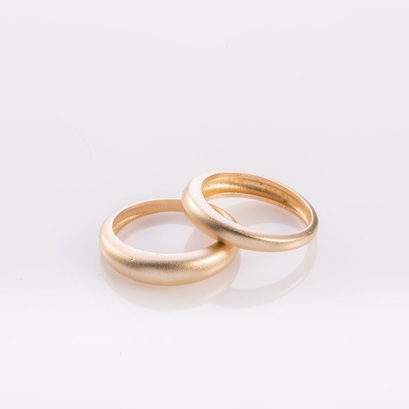 תמונת מוצר, שתי טבעות עגולות חלקות בצבע זהב מט.