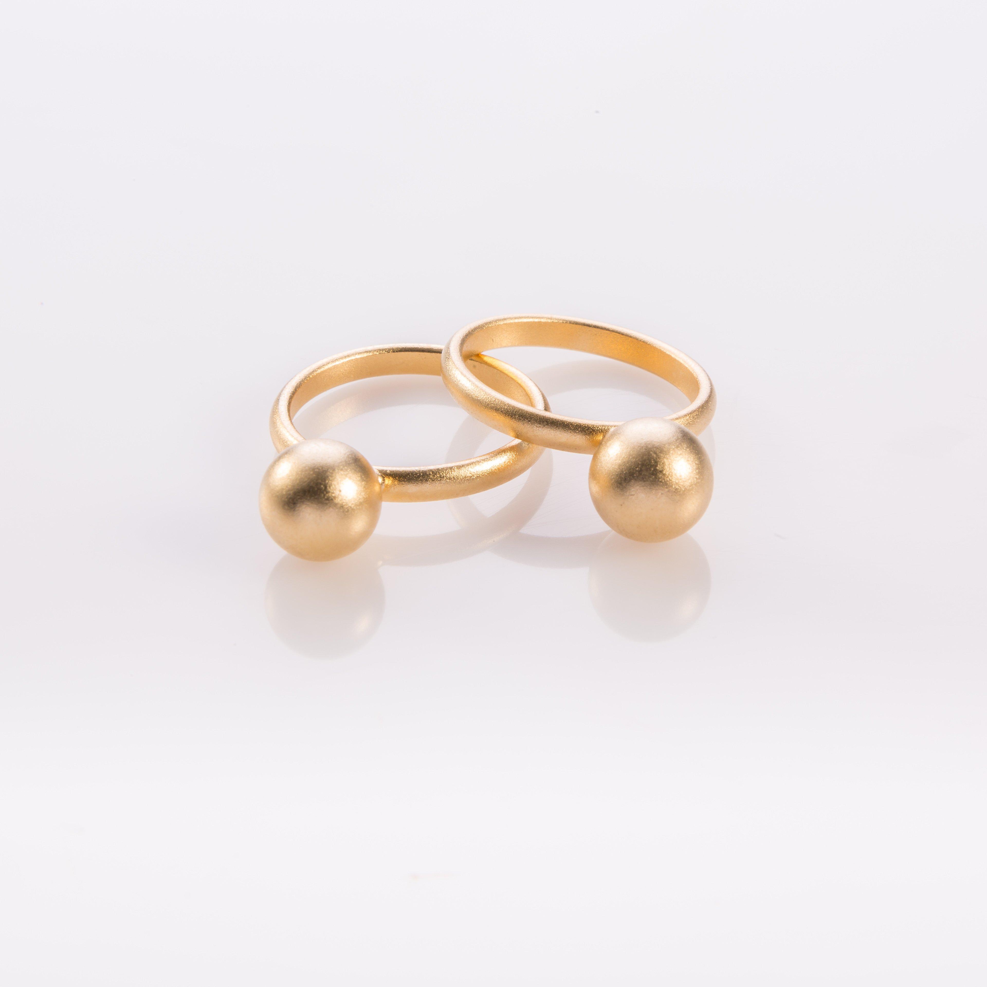 תמונת מוצר, טבעת עגולה בצבע זהב עם כדור גדול במרכז.