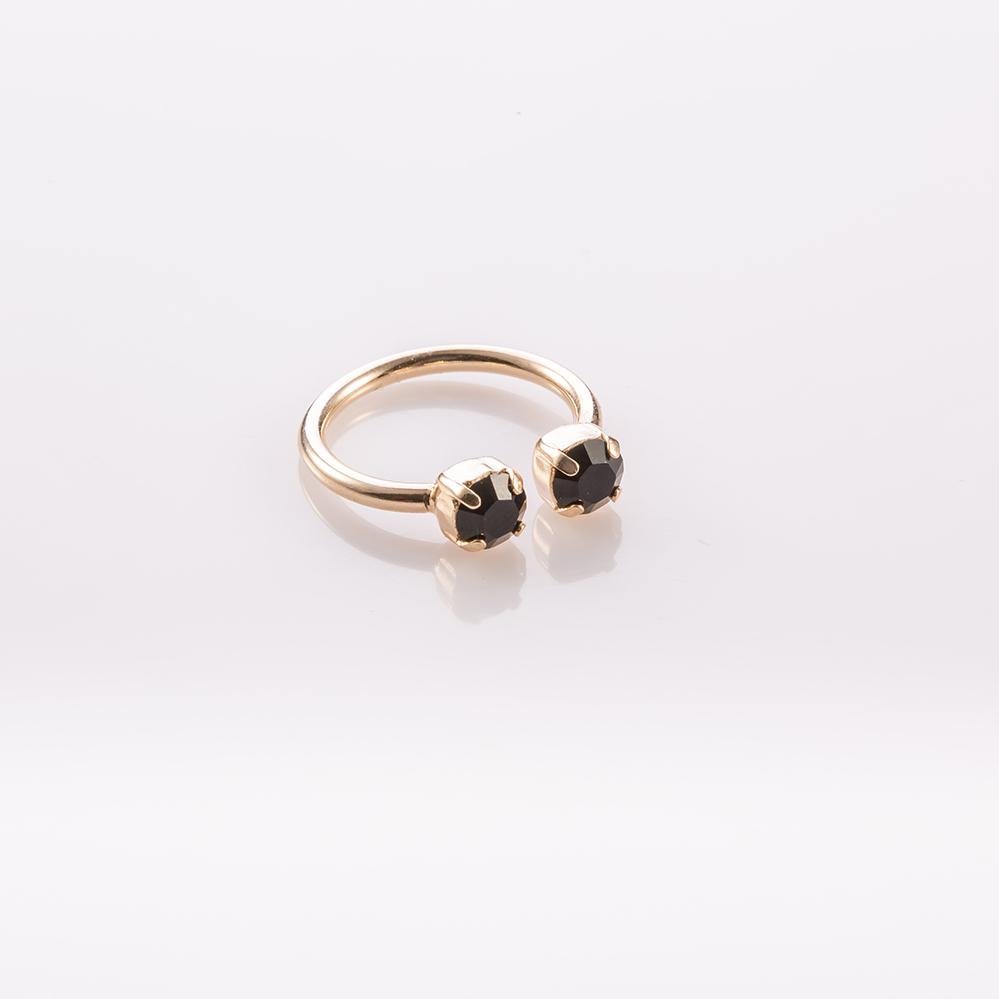 טבעת קלאסית פתוחה בשיבוץ שתי אבנים שחורות