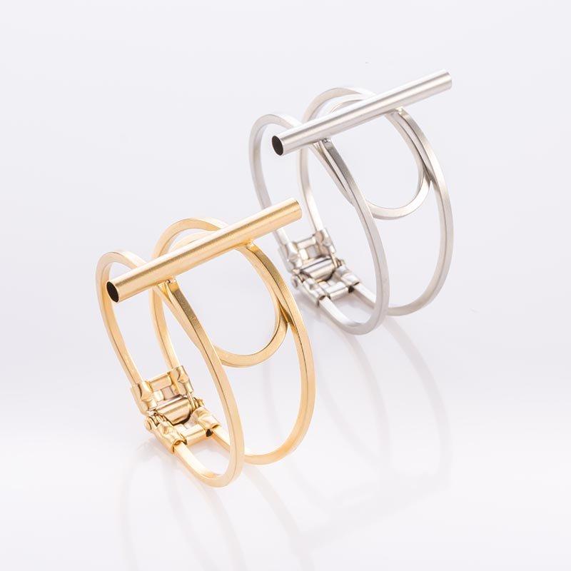 תמונת מוצר, צמיד מקווי מתאר עבים כשבמרכזו מולחם צינור עגול לאורך. בתמונה מופיע בצבע כסף ובצבע זהב.