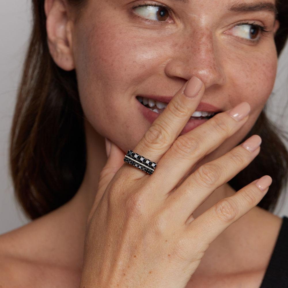 טבעת משובצת אבנים שחורות