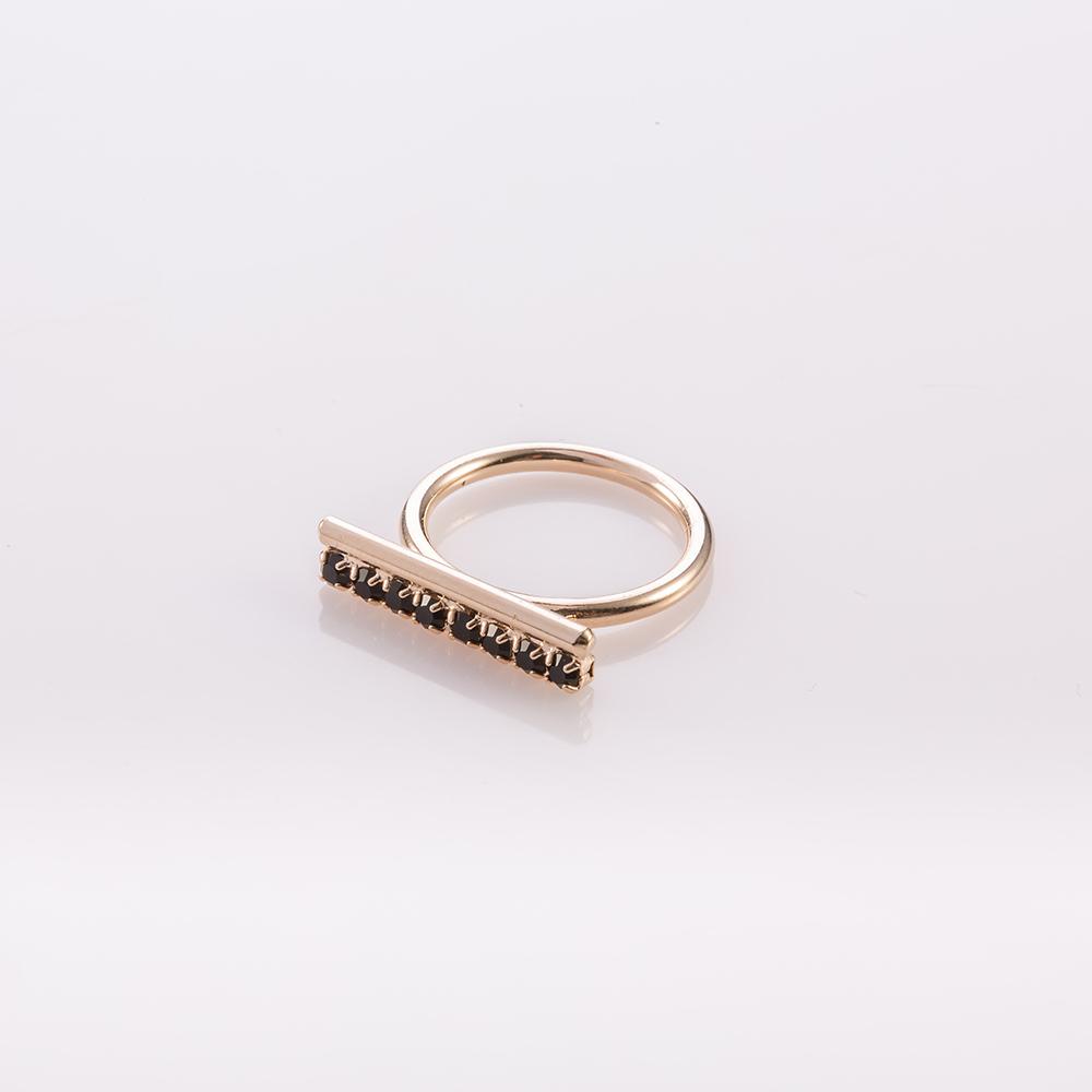 טבעת משובצת אבנים קטנות שחורות