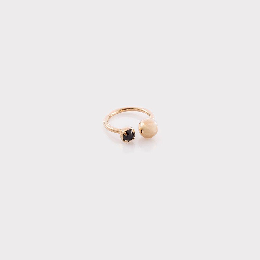 תמונת מוצר, טבעת פתוחה בצבע זהב, עם אבן שחורה וכדור.