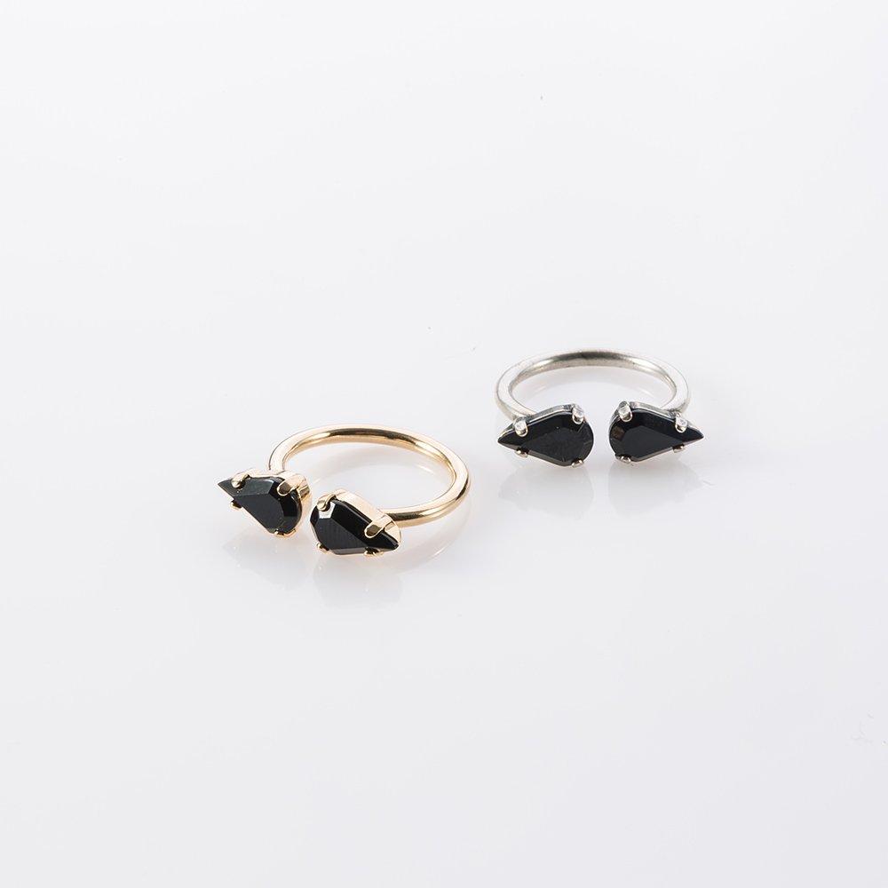 תמונת מוצר, טבעת פתוחה עם שתי אבנים שחורות בצורת טיפה לרוחב, בתמונה מוצגת בצבעים: זהב וכסף.