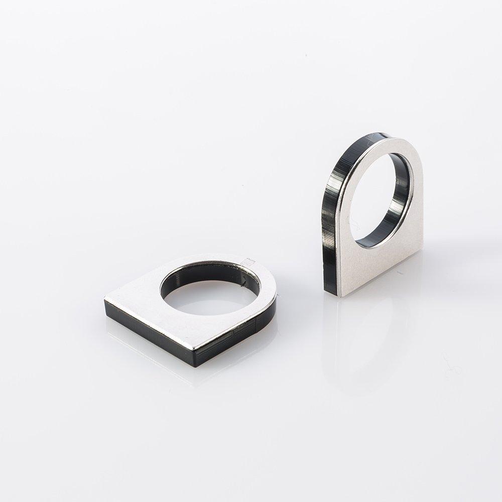תמונת מוצר, טבעת עבה מפלסטיק שחור עם לוחית מתכת בצד אחד בצבע כסף.