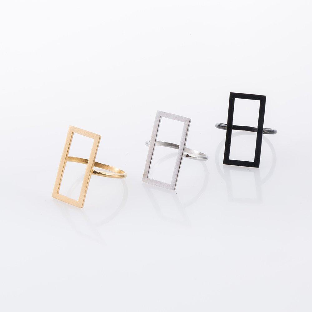 תמונת מוצר, טבעת בצורת מלבן באאוטליין. בתמונה מוצגת בשלושה צבעים: שחור, כסף וזהב.