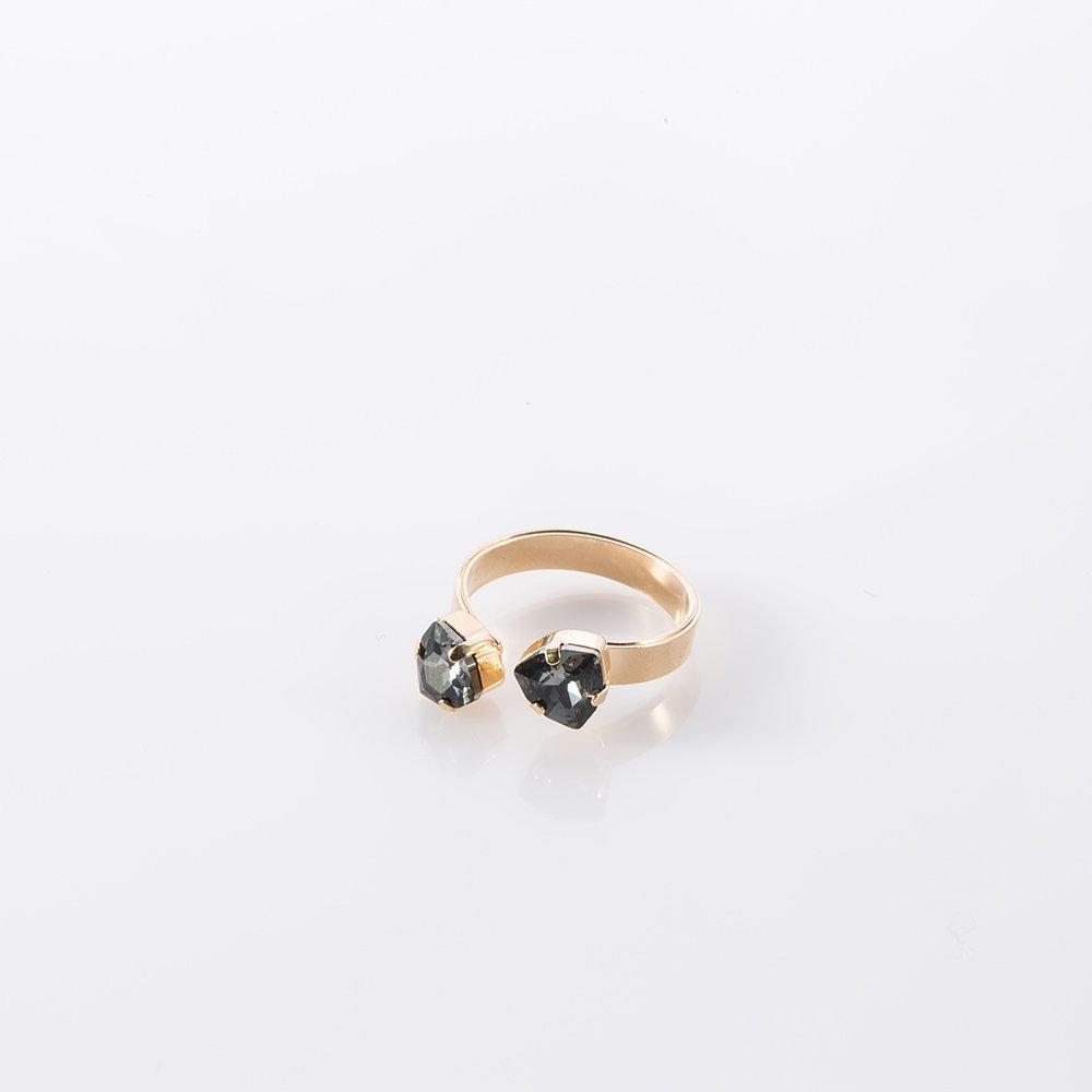 טבעת זהב עם שתי אבנים משולשות בצבע אפור