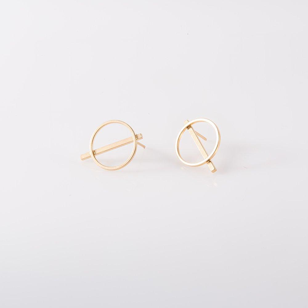 תמונת מוצר, עגילים צמודים בצבע זהב בצורת עיגול עם מקל שחוצה אותו.