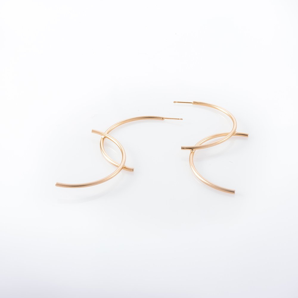 תמונת מוצר, עגילים גדולים בצבע זהב המורכבים משני חצי חישוק המולחמים זה אל זה.