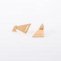תמונת מוצר, עגילים בצורת שני משולשים בצבע זהב אחד על השני.