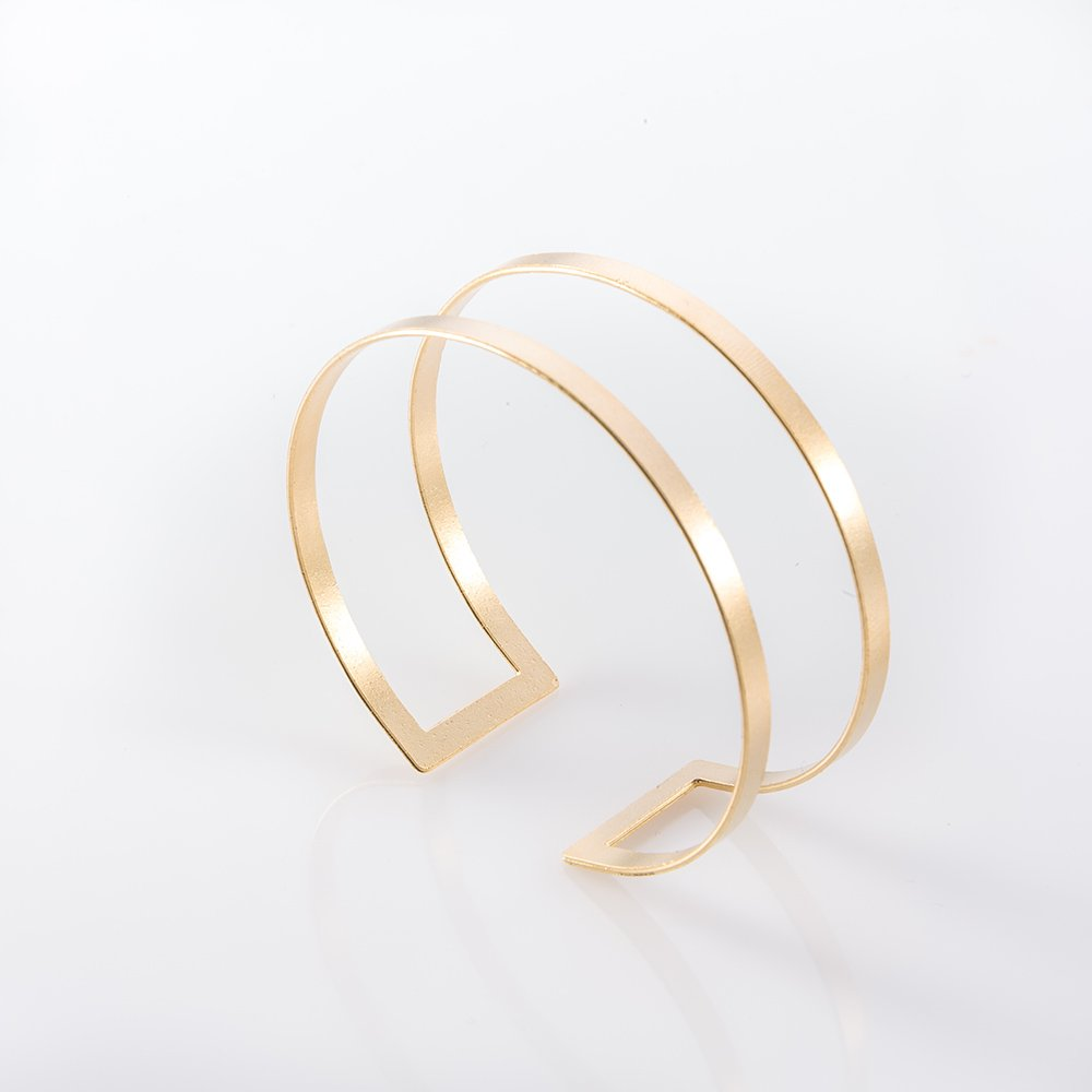תמונת מוצר, צמיד קשיח בצבע זהב המורכב ממלבן שטוח, חלול ומכופף.