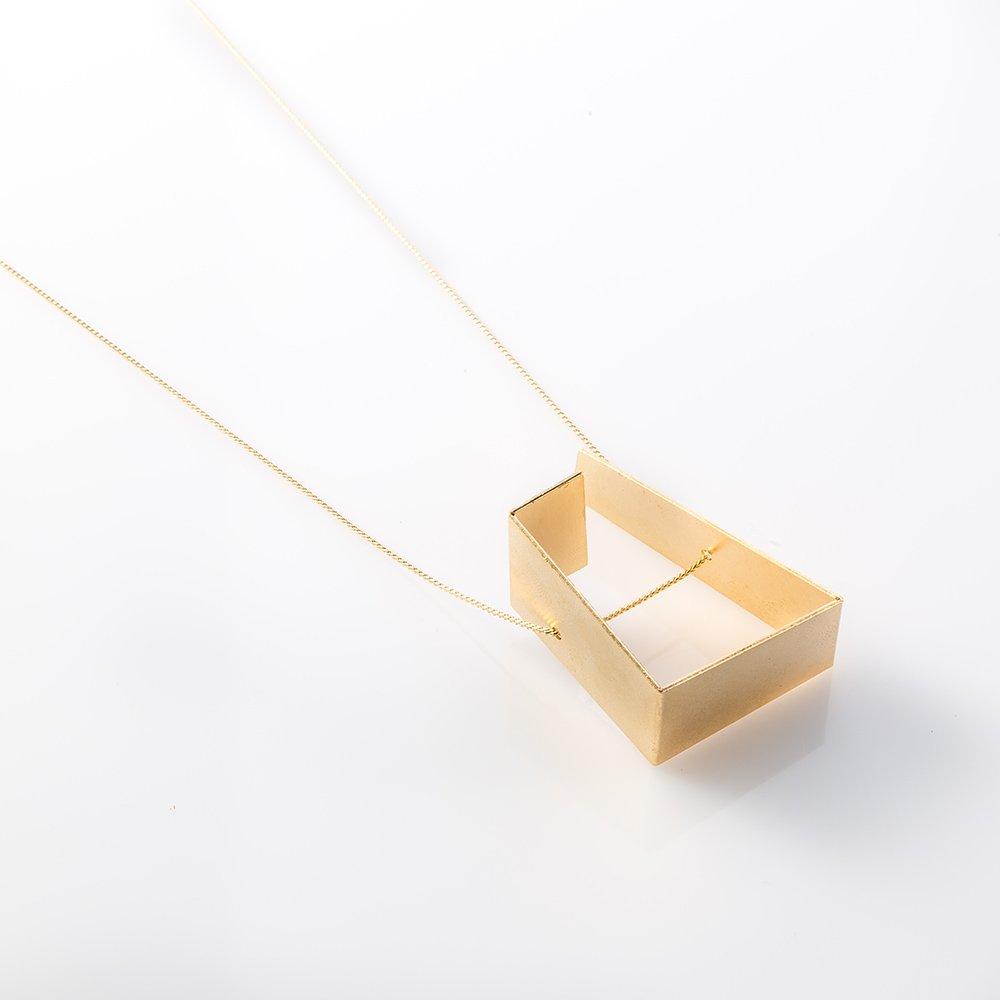 תמונת מוצר, שרשרת דקה וארוכה בצבע זהב עם תליון אמורפי.