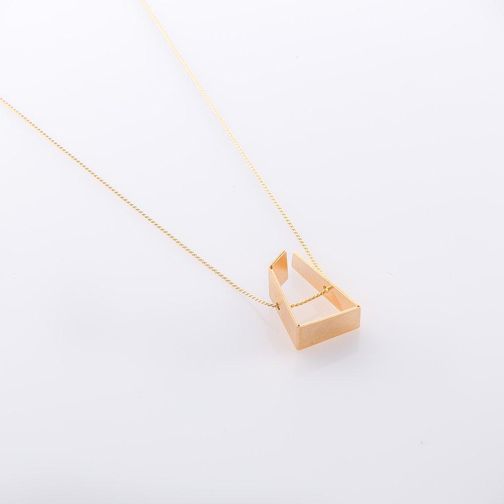 תמונת מוצר, שרשרת ארוכה ודקה, בצבע זהב, עם תליון בינוני בצורה אמורפית.