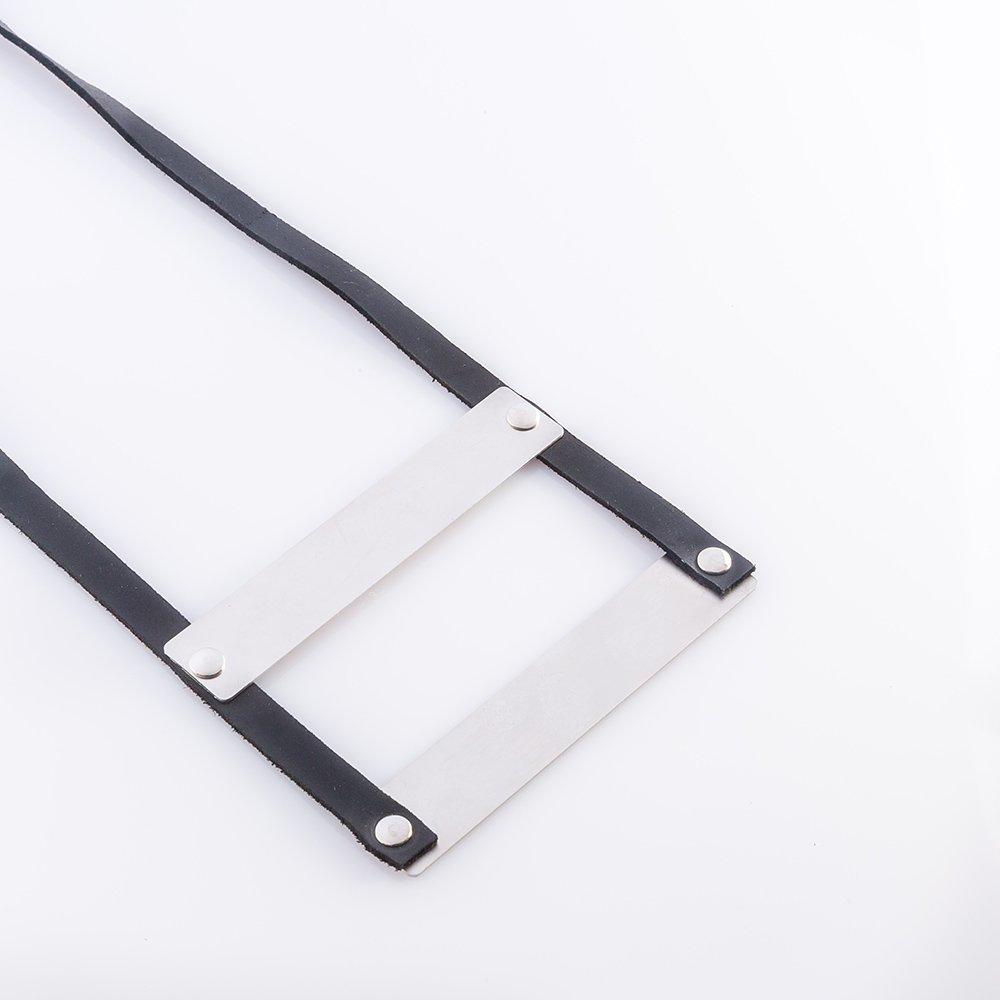תמונת מוצר, שרשרת ארוכה מעור שחור, בשילוב שתי לוחיות מתכת בצבע כסף.