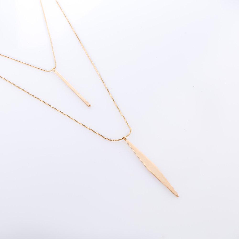 תמונת מוצר, שרשרת כפולה קצרה בצבע זהב עם תליון בצורת מקל ותליון בצורת דלתון שטוח.