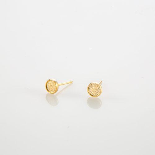 תמונת מוצר, עגילים קטנים, צמודים, בצבע זהב, בצורת עיגול.