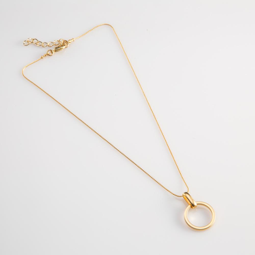 תמונת מוצר, שררת דקה קצרה, בצבע זהב, עם תליון עגול קטן התלוי על חוליה מוארכת.