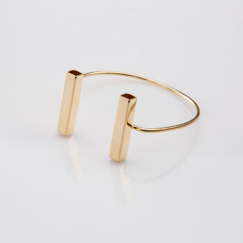 תמונת מוצר, צמיד פתוח בצבע זהב, עם שני צינורות מלבניים בקצה.
