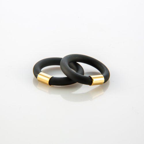 תמונת מוצר, טבעת העשויה מצינור סיליקון שחור בשילוב צינור קצר ממתכת בצבע זהב.