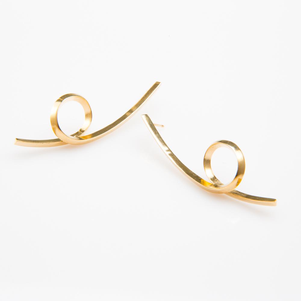 תמונת מוצר, עגילים ארוכים בצבע זהב, מעין קו המתעגל ללולאה .