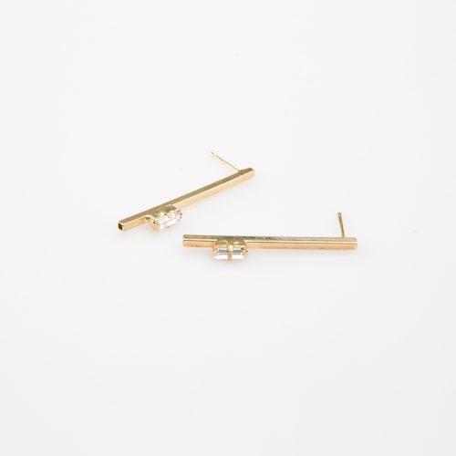 תמונת מוצר, עגילים ארוכים, צמודים, בצבע זהב, בשיבוץ אבן שקופה מלבנית.