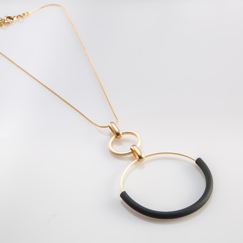 תמונת מוצר, שרשרת דקה קצרה בצבע זהב עם תליון גדול המורכב משתי חוליות עגולות בשני גדלים ושתי חוליות המחברות ביניהם. בשילוב צינור סיליקון שחור.