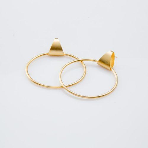 תמונת מוצר, עגילים גדולים בצבע זהב הבנויים ממשולש צמוד וחוליה גדולה ועגולה.