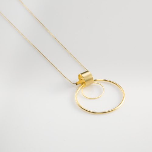 תמונת מוצר, שרשרת דקה וארוכה, בצבע זהב, עם תליון עגול גדול המורכב משתי חוליות וצינור קצר.