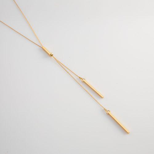 תמונת מוצר,שרשרת דקה ארוכה בצבע זהב עם שני מוטות בקצוות.