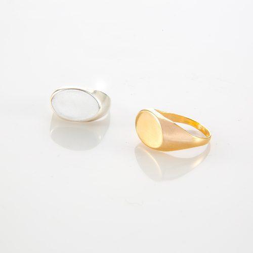תמונת מוצר, טבעת חותם קלאסית. בתמונה מופיעה גם בצבע זהב וגם בכסף.