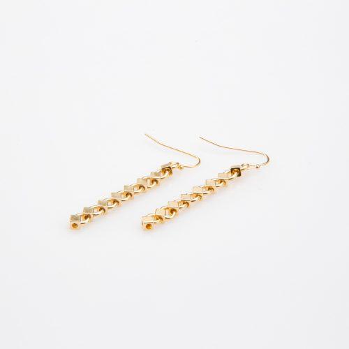 תמונת מוצר, עגילים תלויים, בצבע זהב, הבנויים מחוליות בצורת מעוינים קטנים.