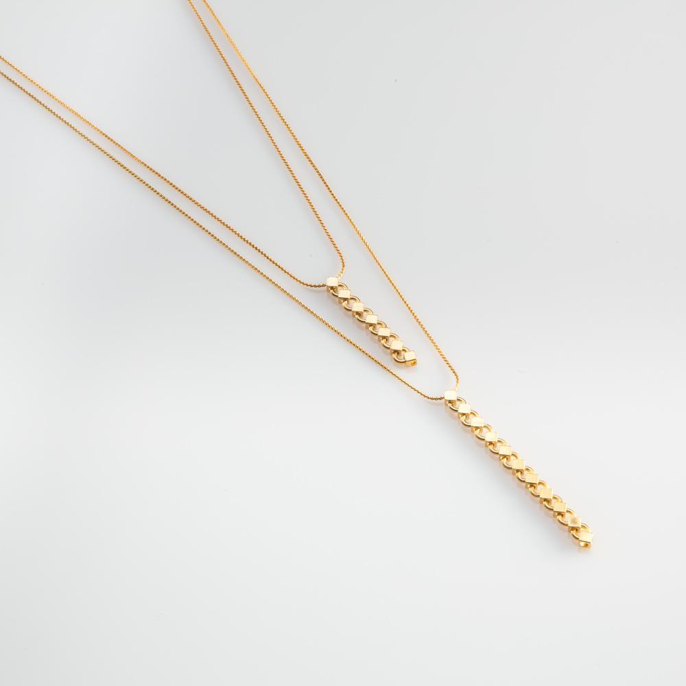 תמונת מוצר, שרשרת כפולה קצרה ודקה בצבע זהב, עם שני תליונים הבנויים משרשרת חוליות בצורת מעוינים קטנים.