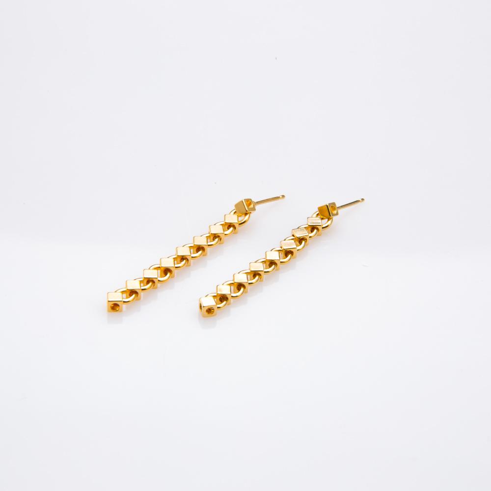 תמונת מוצר, עגילים ארוכים הבנויים משרשרת חוליות בצורת מעויינים קטנים. בצבע זהב.