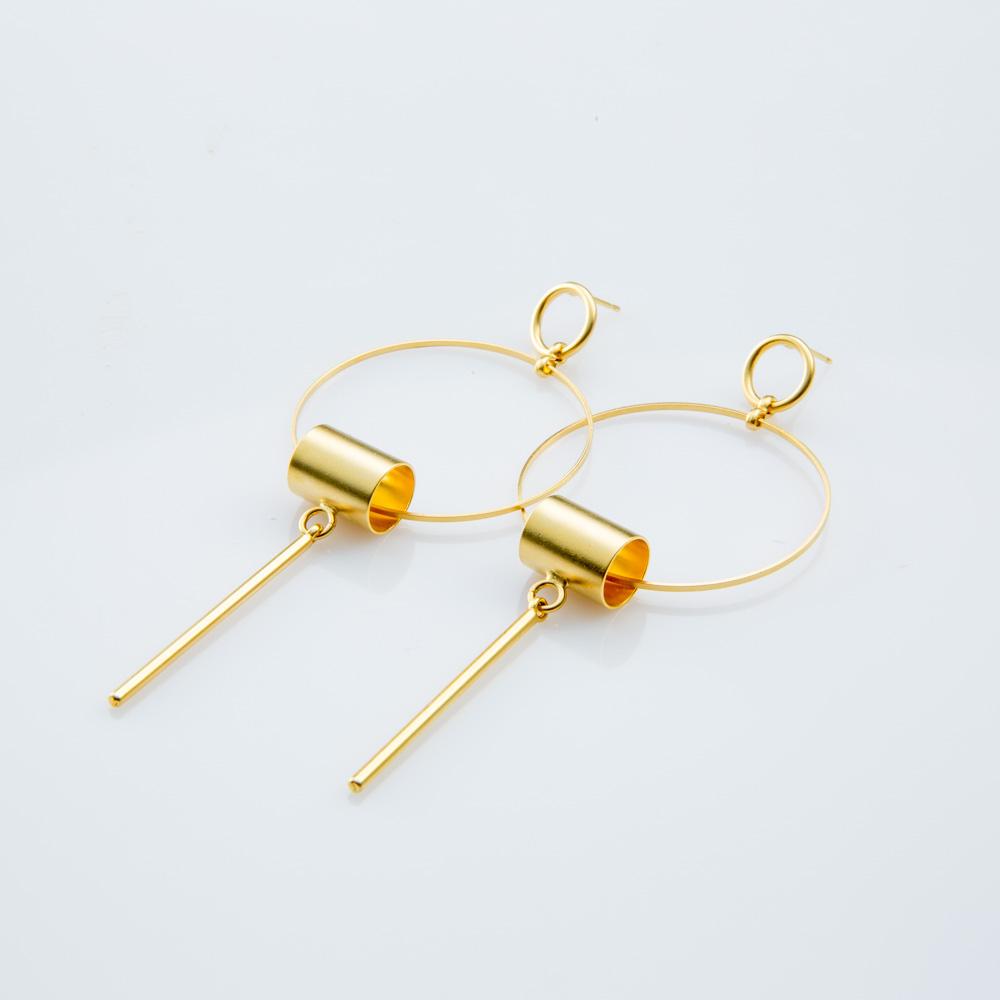 תמונת מוצר, עגילים גדולים בצבע זהב, הבנויים משתי חוליות קטנה וגדולה עליה תלוי צינור ומוט מוארך.