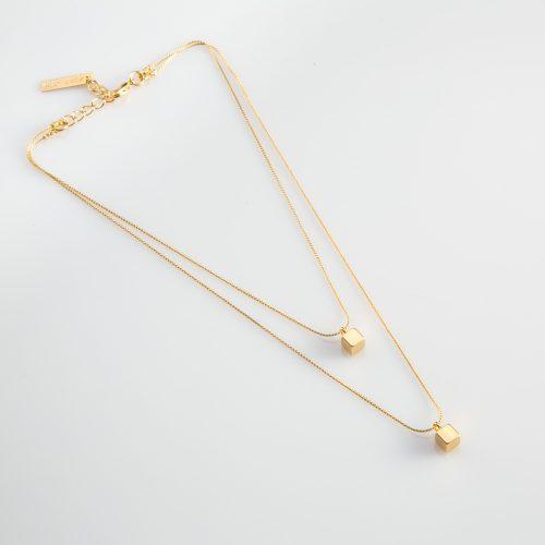 תמונת מוצר, שרשרת קצרה כפולה, בצבע זהב, עם שני תליוני קוביה קטנים.