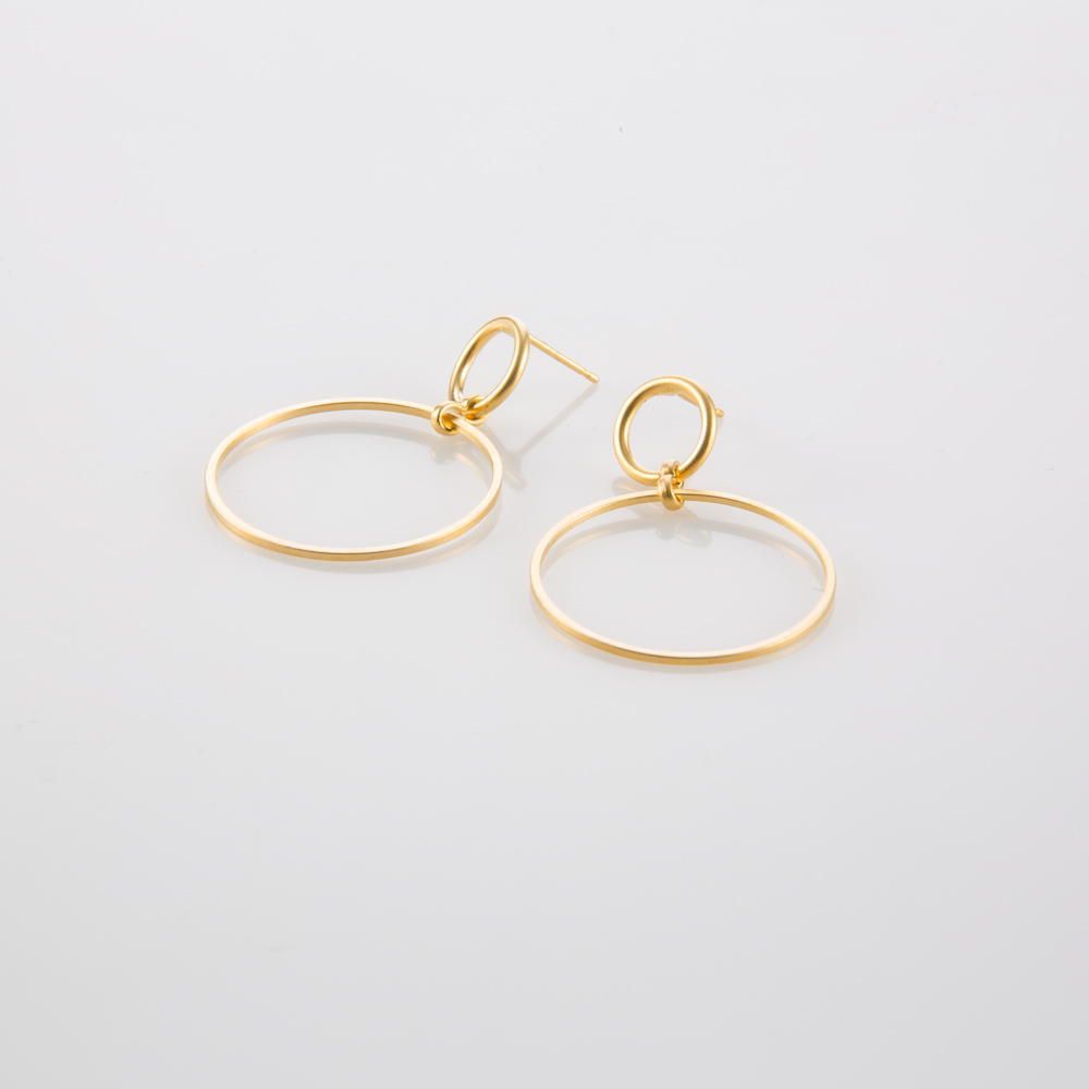 תמונת מוצר, עגילים עדינים בצבע זהב הבנויים מחוליה עגולה גדולה התלויה על חוליה עגולה קטנה.