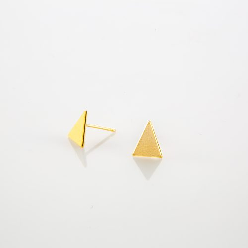תמונת מוצר, עגילים צמודים קטנים, בצבע זהב, בצורת משולש.