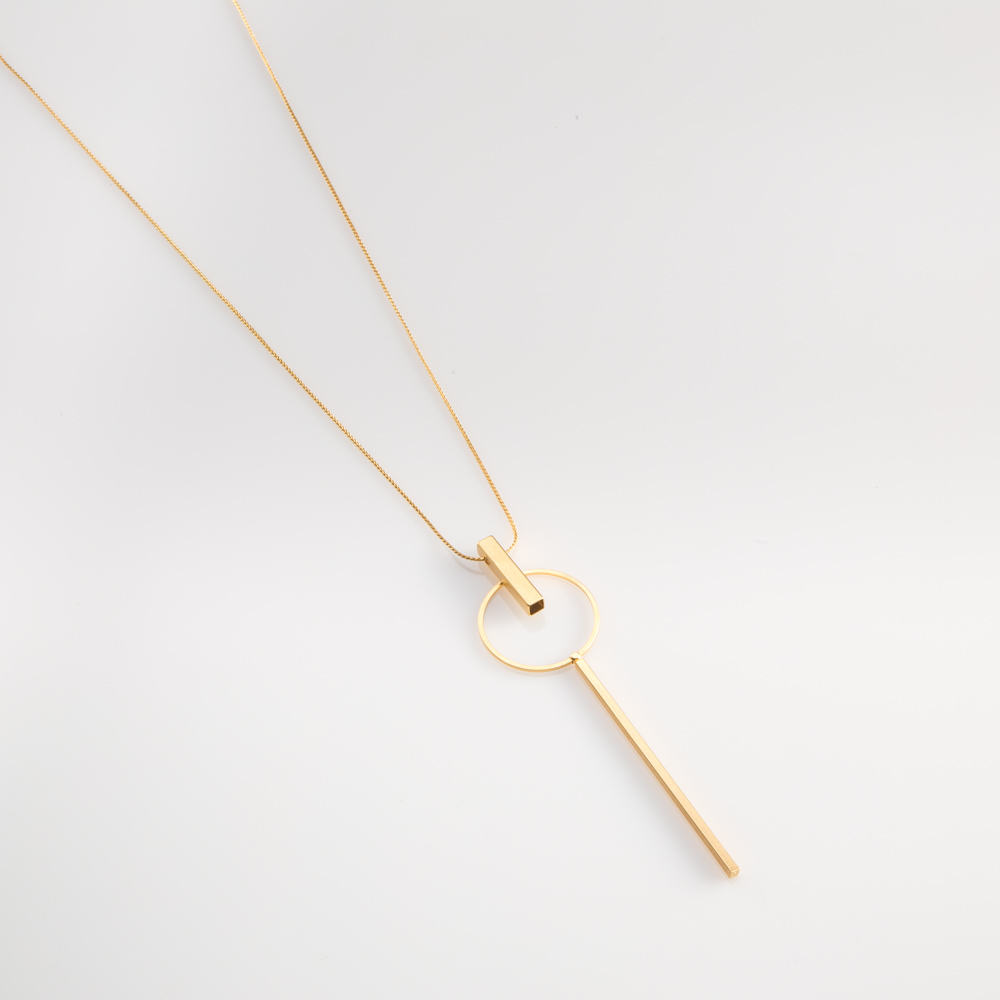 תמונת מוצר, שרשרת ארוכה ודקה, בצבע זהב, עם תליון ארוך המורכב מכמה אלמנטים גאומטריים המחוברים יחד.