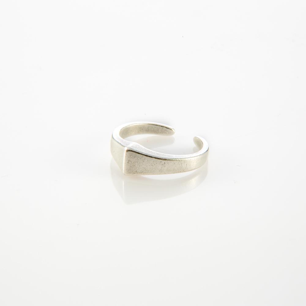תמונת מוצר, טבעת מכסף שהחלק העליון שלה בנוי כמעין פירמידה קטנה.