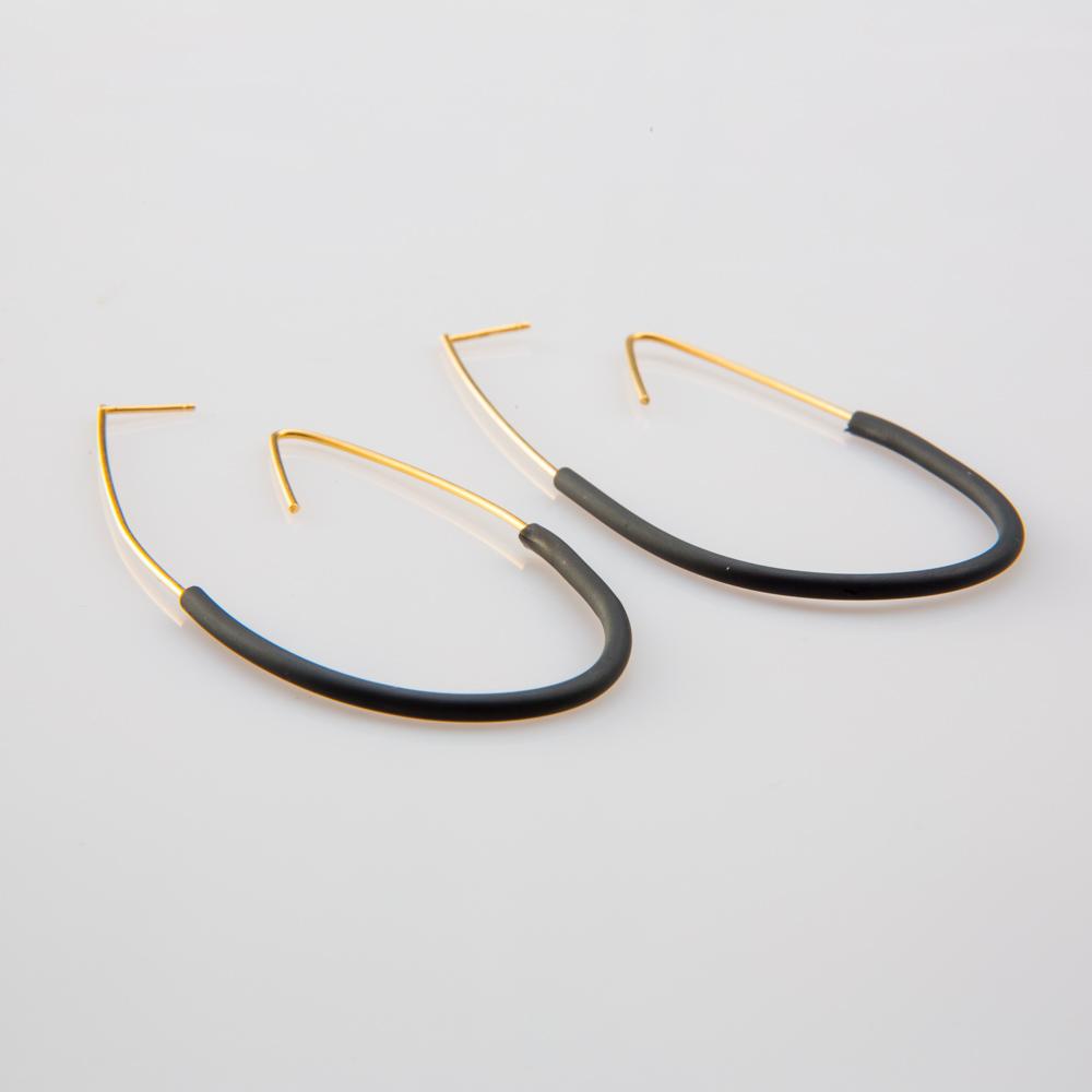 תמונת מוצר, עגילים גדולים ודקים, בצבע זהב בשילוב סיליקון שחור.