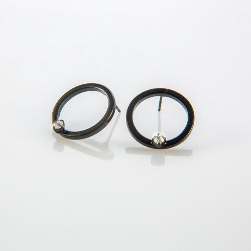 תמונת מוצר, עגילי עיגול חלול, בצבע שחור, בשיבוץ אבן קטנה בצבע קריסטל.