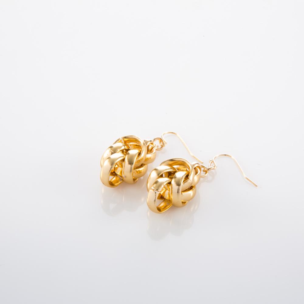 תמונת מוצר, עגילים תלויים בצבע זהב, עשויים ממקבץ של חוליות עגולות שמנמנות.