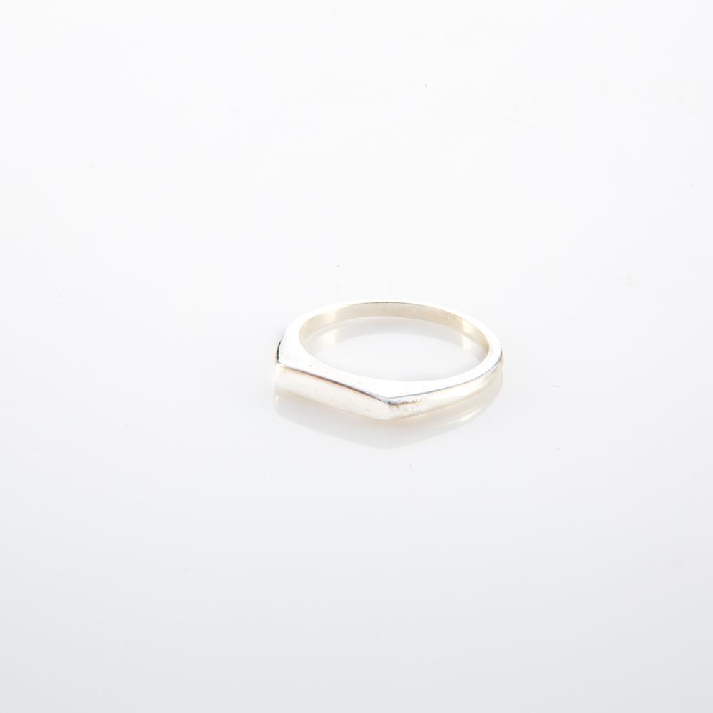 תמונת מוצר, טבעת חותם מעודנת, מכסף, החלק העליון שלה שטוח.