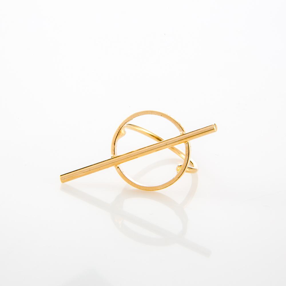 תמונת מוצר, טבעת בצבע זהב, עם עיגול ומקל אלכסוני חוצה.